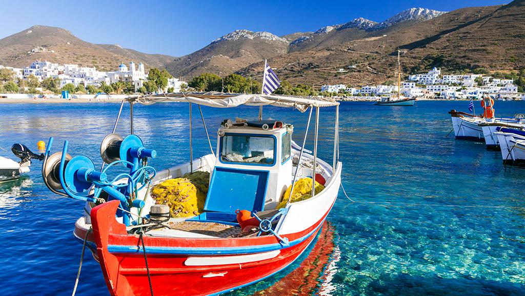Baía de Katapola, na costa da ilha de Amorgos