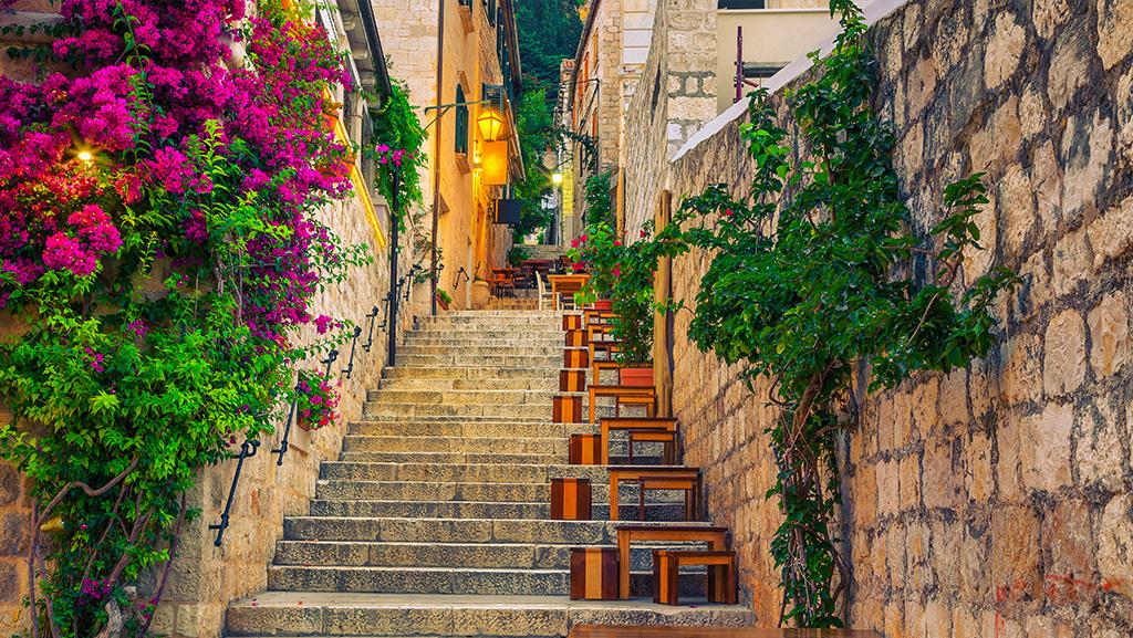 Escadaria cheia de flores em Hvar Town, na Ilha de Hvar