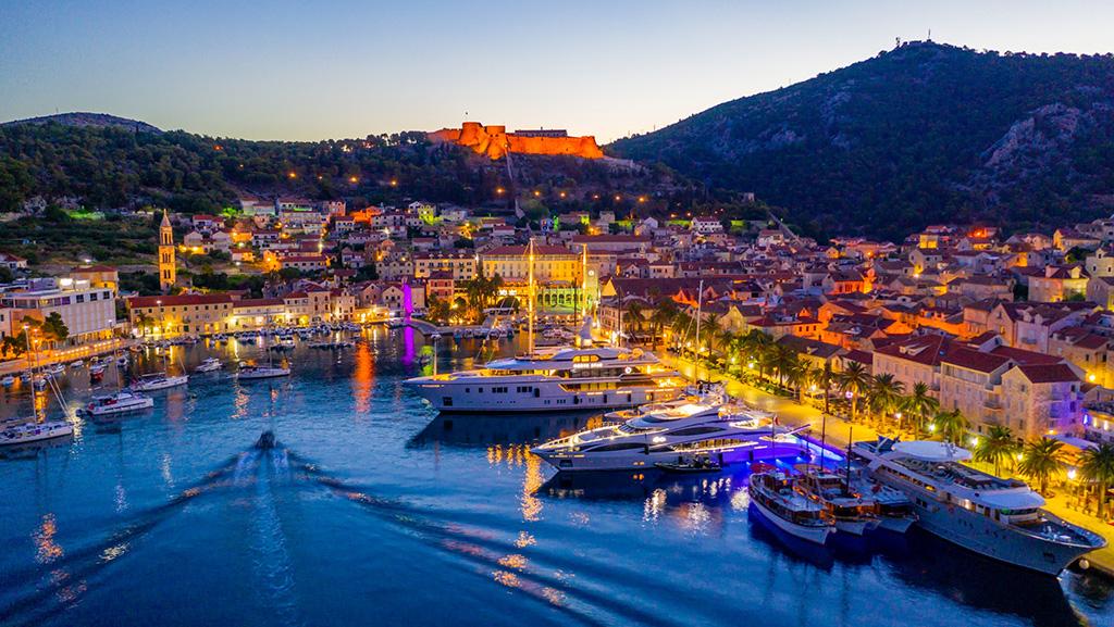 Vista noturna do porto de Hvar, na Cidade de Hvar